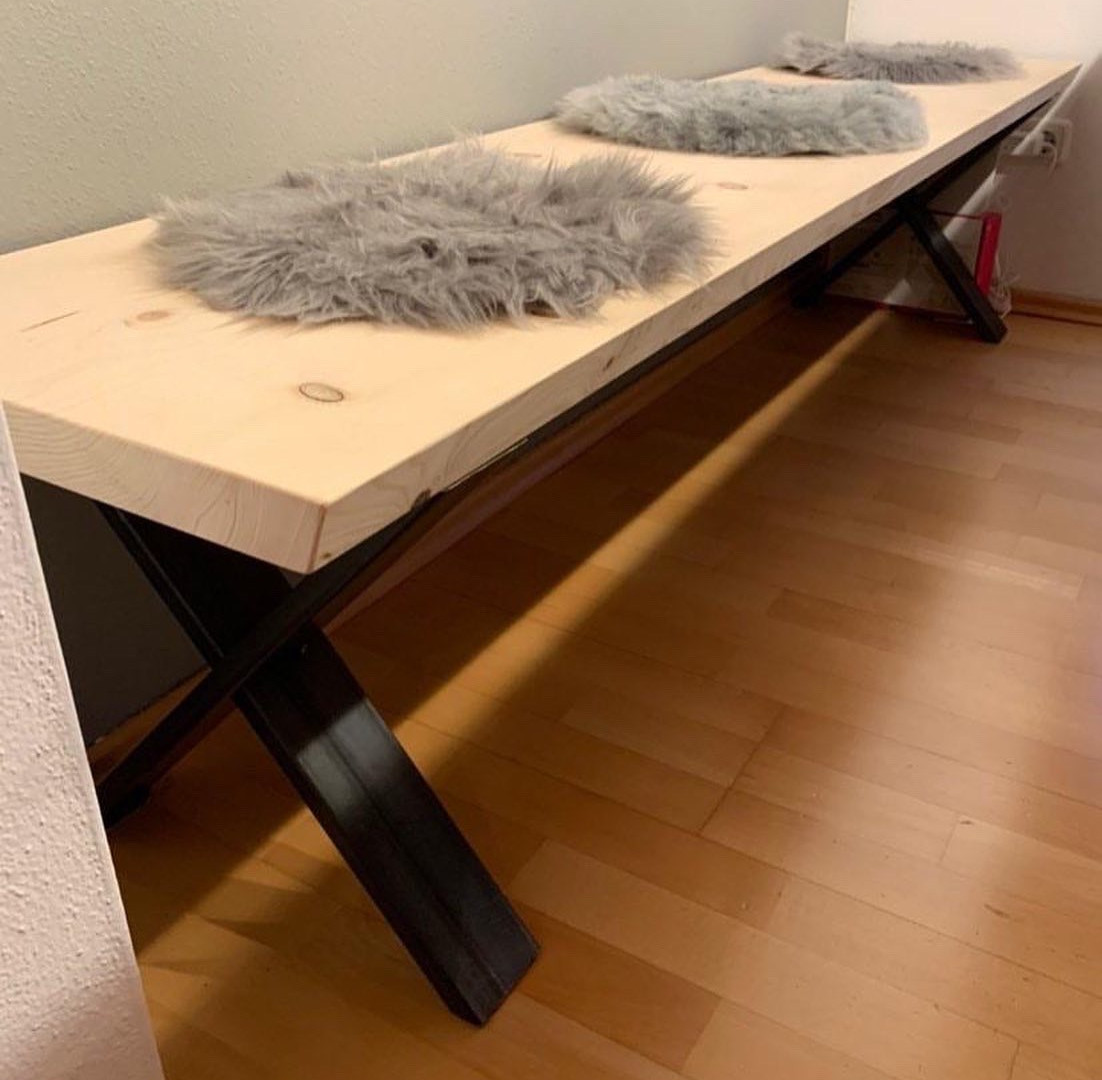 Sitzbank aus Holz mit Metallgestell