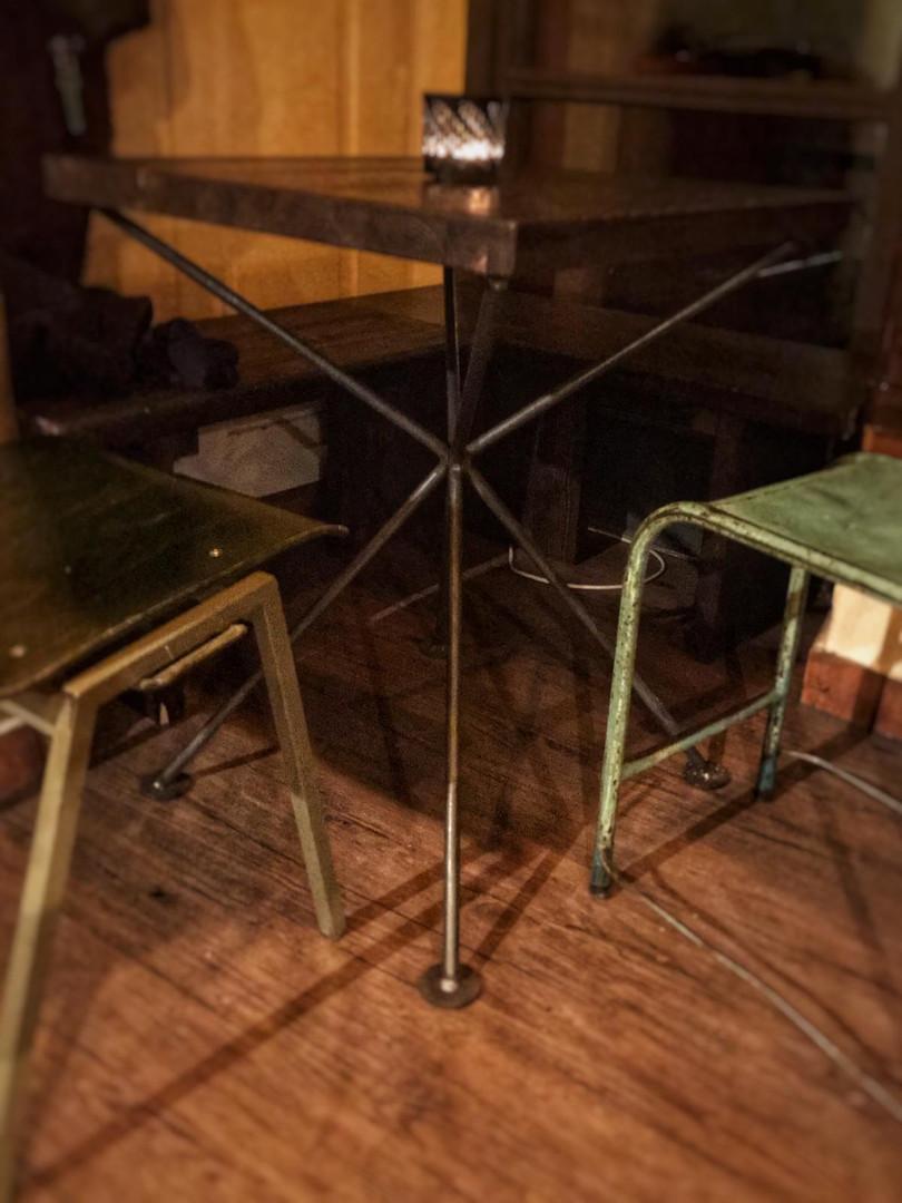 Tisch mit Metallgestell