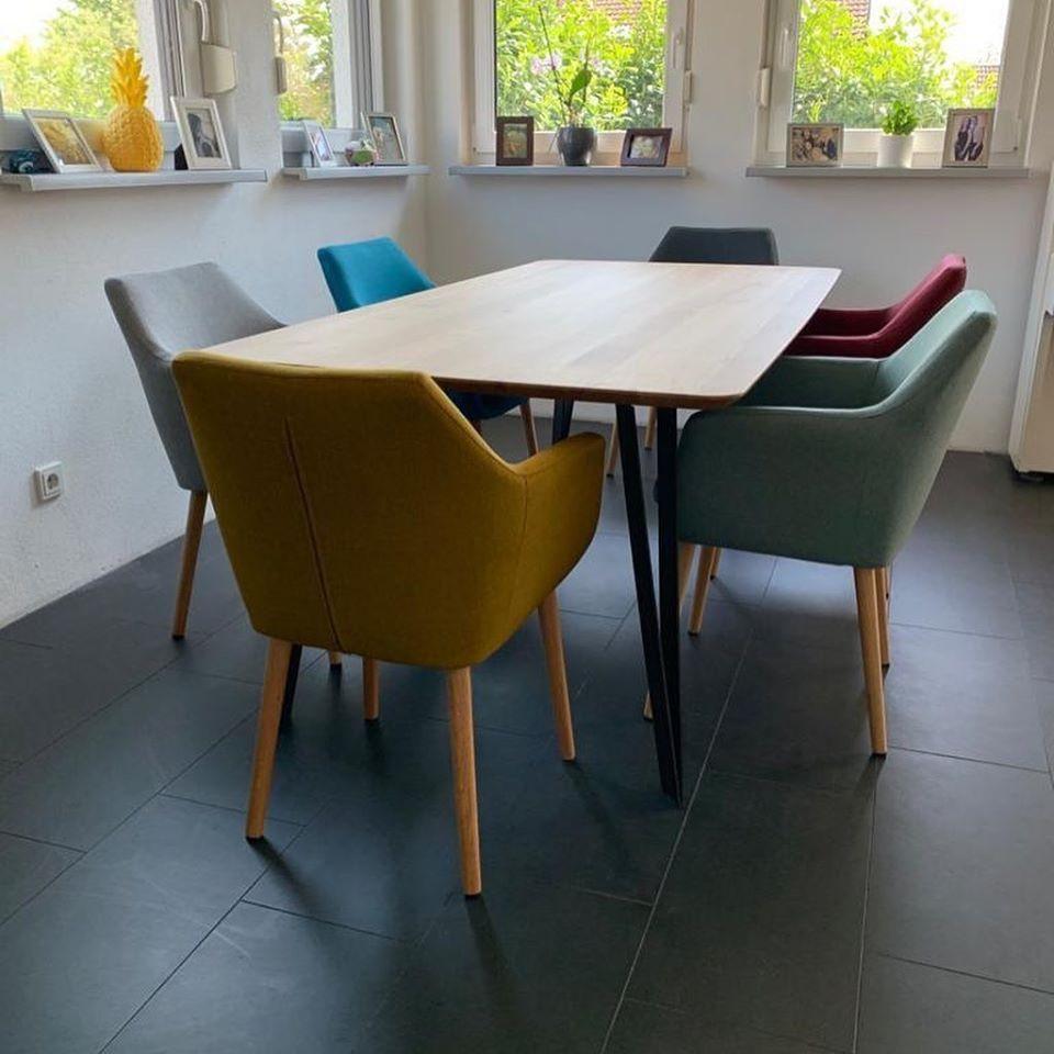 Holztisch mit Metallrahmen