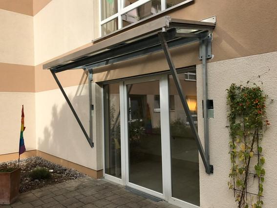 Vordach Glas und Metall
