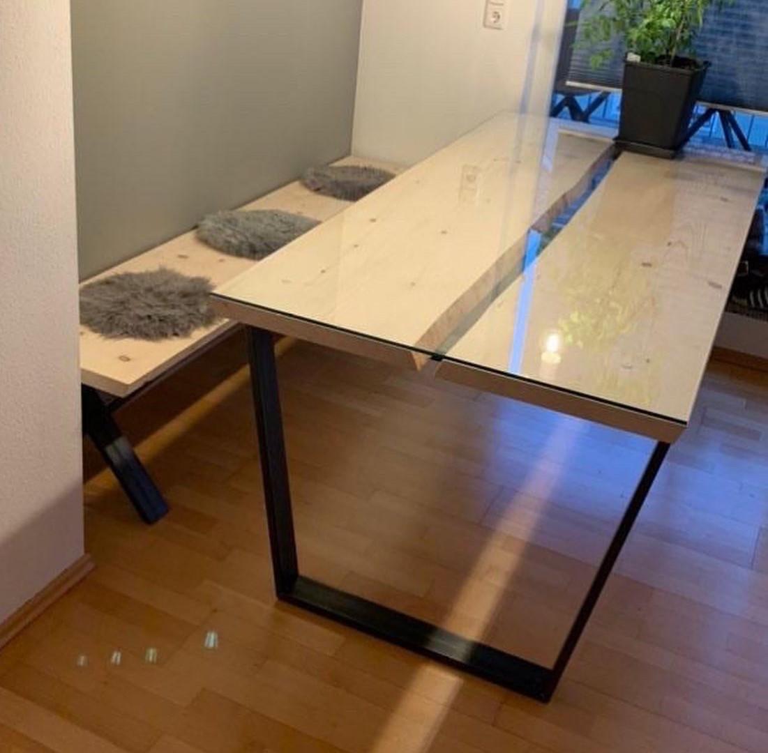 Tisch mit Metallgestell, Holzplatte und Glasplatte