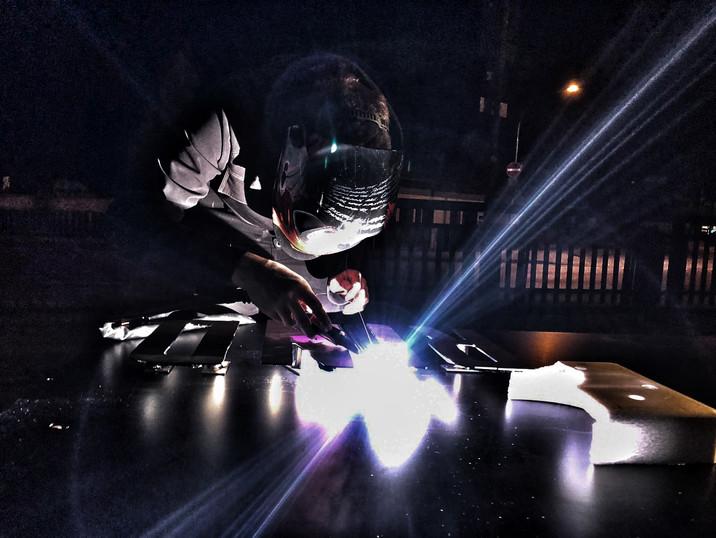 Lukas Lehmeier bei der Arbeit als Schlosser