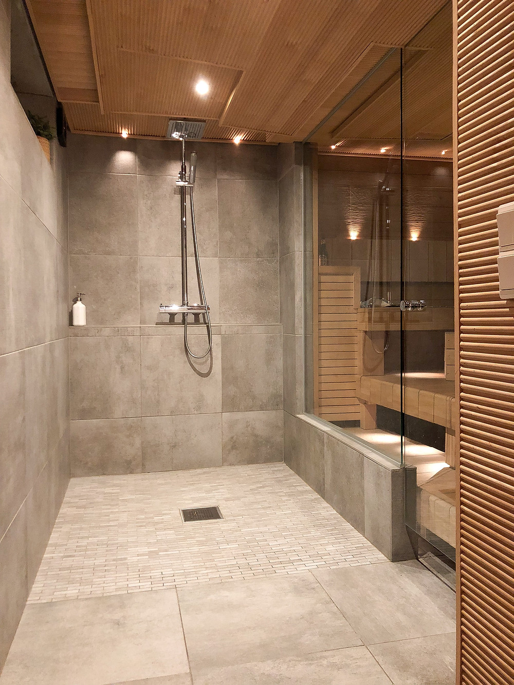 katto sormipaneelia, Factory Wall Grey laatta, lasiseinä saunaan, glass door to sauna, finger panel roof
