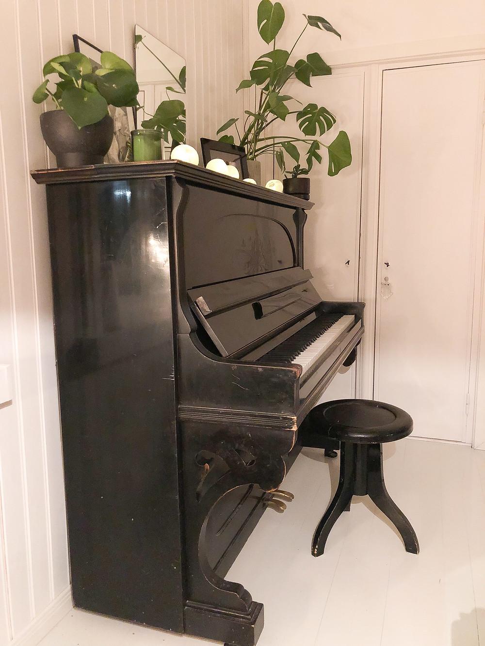 black piano chair, musta pianotuoli