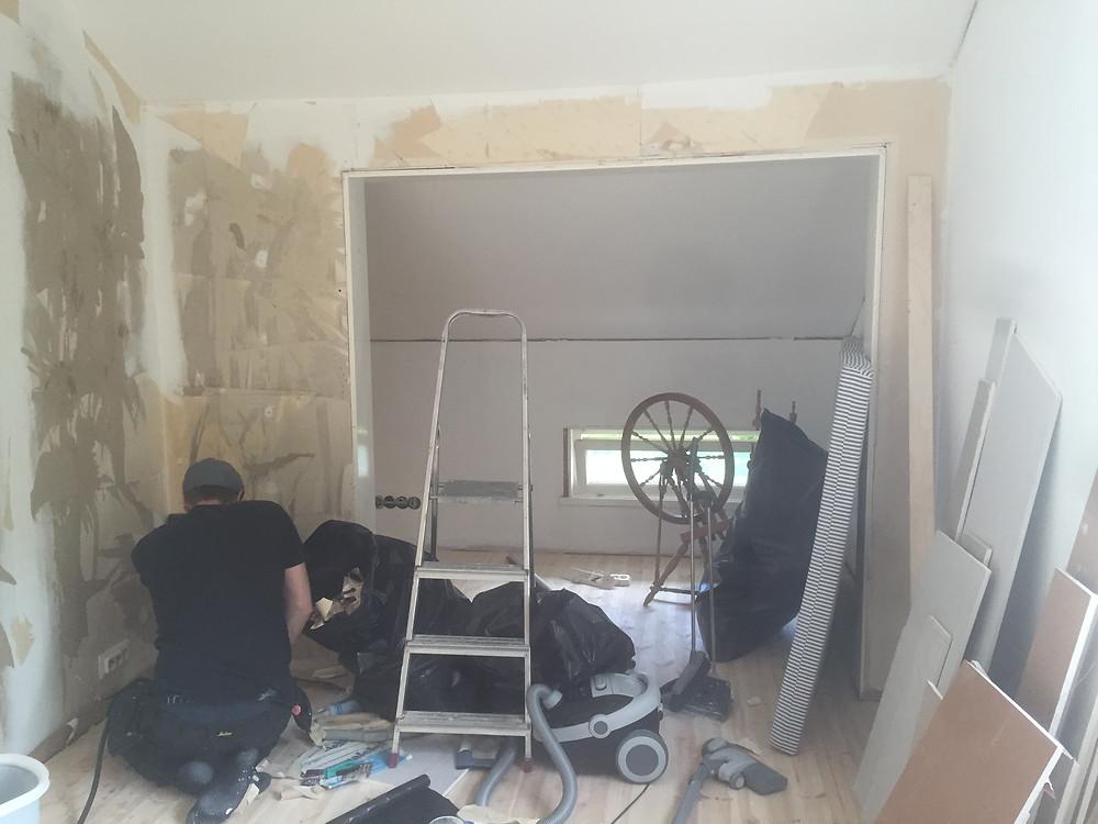 tapetin poisto, ripping off wallpaper, remontti
