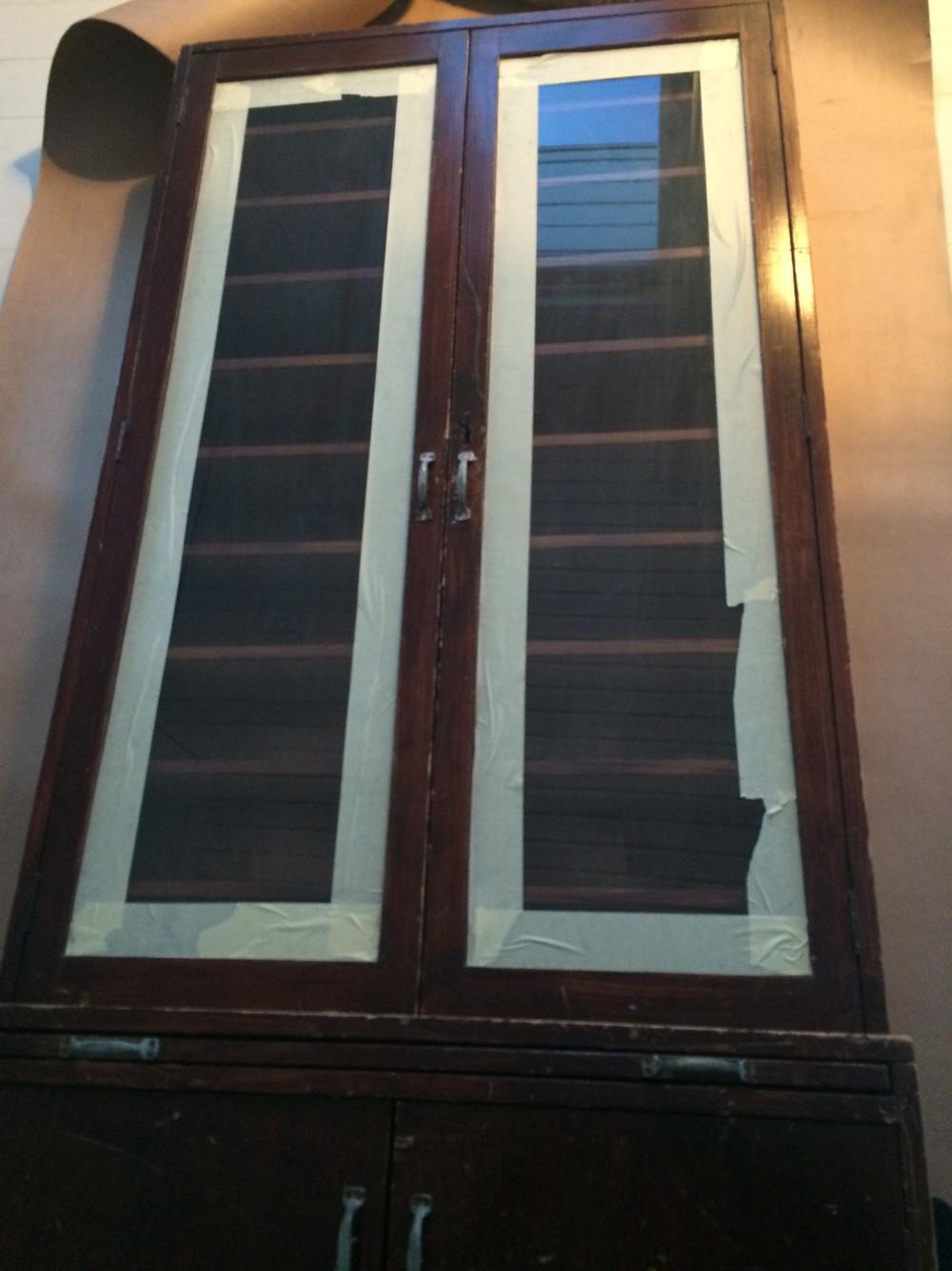 vanha korkokaappi lasihyllyllä. old heel cabinet with glass doors