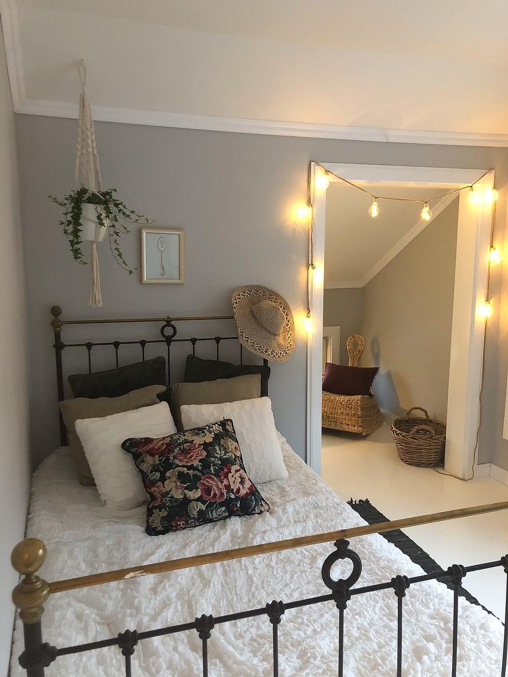 IKEA kukkatyyny, vanha rautasänky, old iron bed, hanging plant bedroom, floral pillow