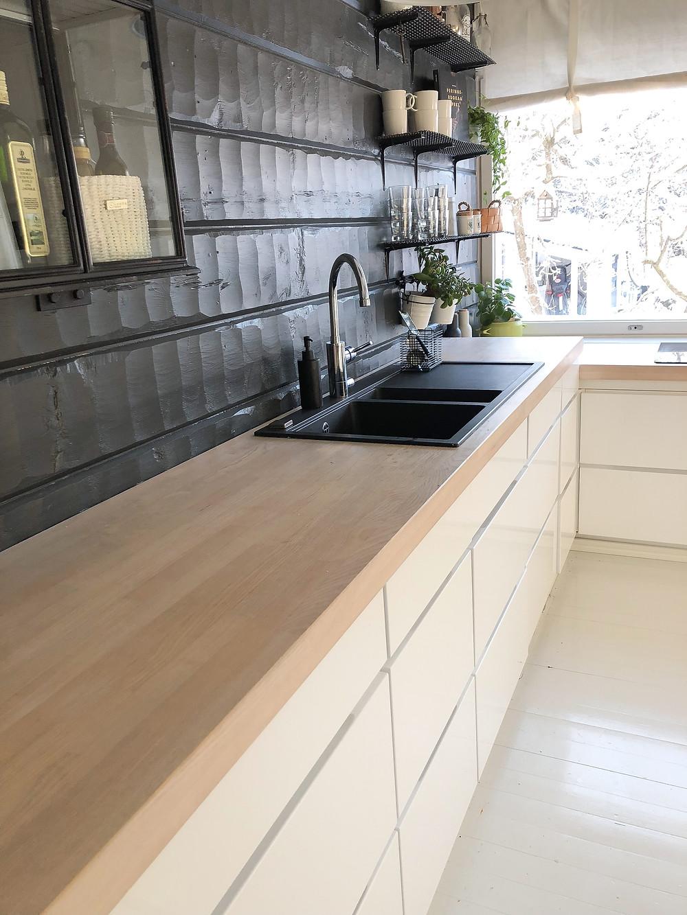kvik mano gloss keittiön kaapisto, valkoinen kaapisto puutasolla, white kitchen cabinet with light wooden ash worktop , white kitchen cabinet black wall, valkoinen keittiön kaapisto mustalla seinällä