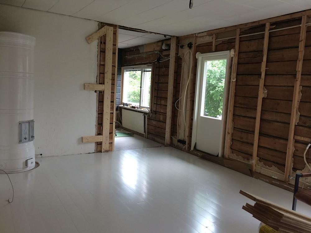 uusi kulkuaukko, seinän kaataminen, uusi oviaukko, tearing down a wall, door from living room to garden
