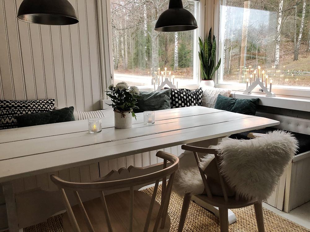 Ruokailuhuoneen penkki, Built-in bench dining room, kulmaikkunoiden koristelu, corner window Christmas decoration
