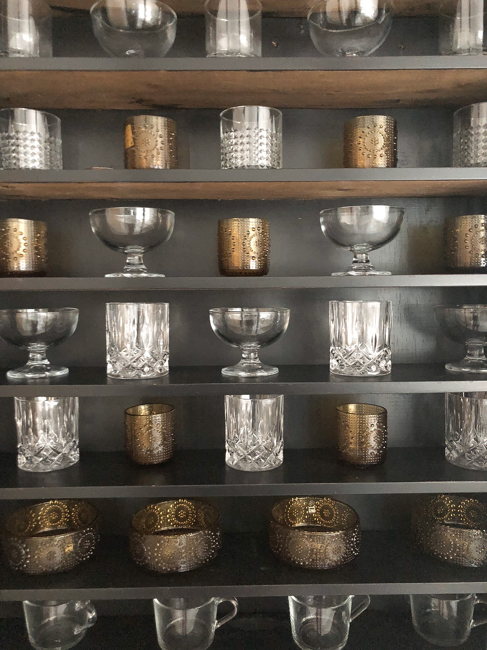 riihimäen lasi grappnonia, vanha ruskea juomalasi, konjakkilasit, glass items in an old cabinet