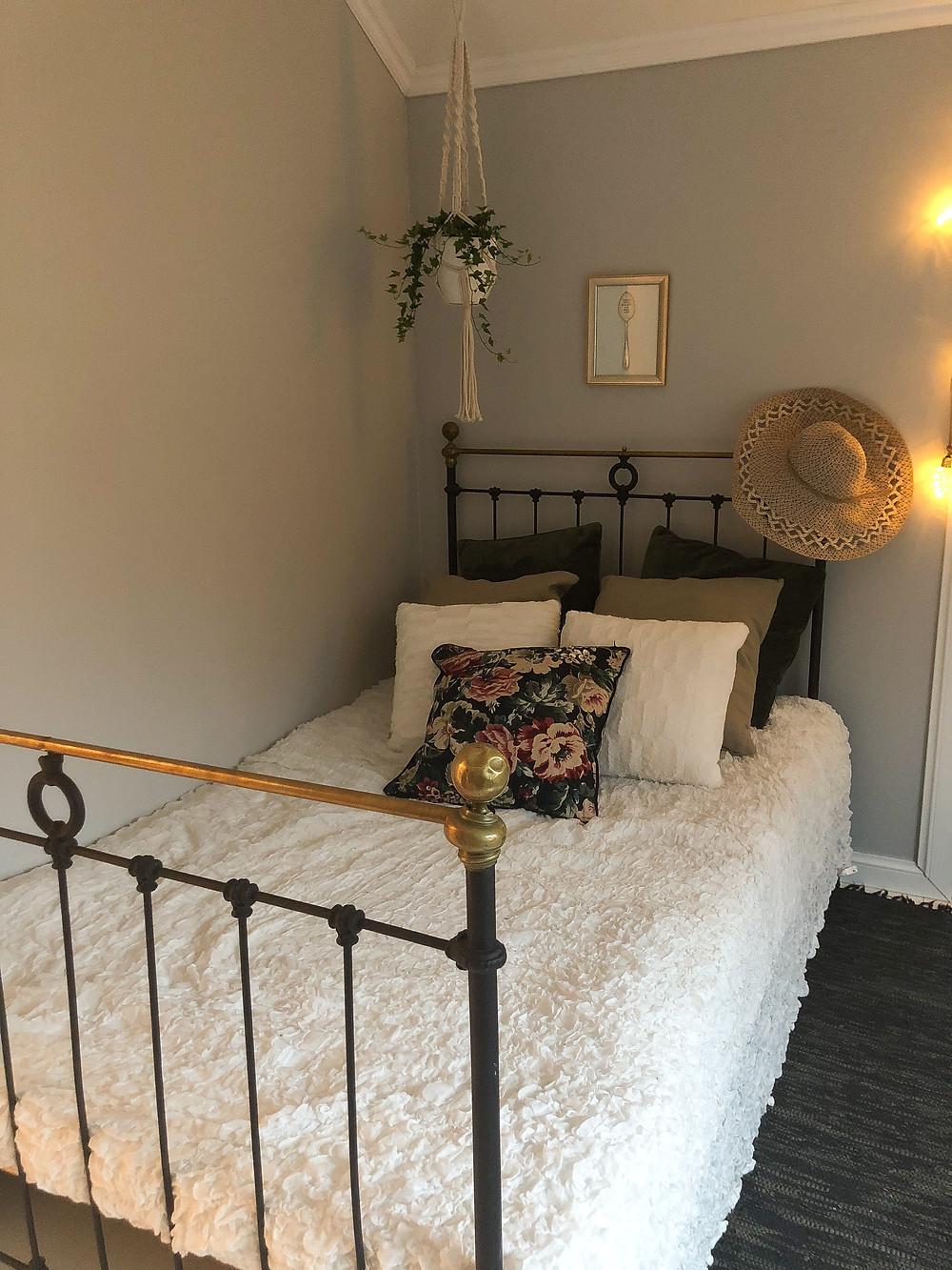 kukkatyyny, amppeli ja räsymatto nahkaa, loral pillow with leather rag rug and hanging plant