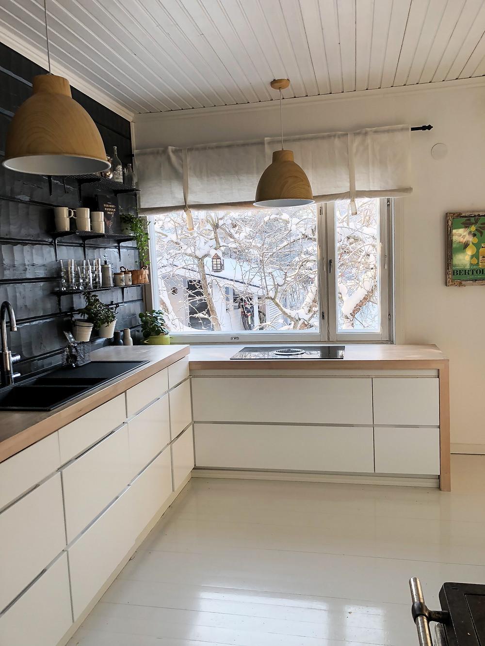 Valkoinen keittiö seinäidea, Kvik Mano Gloss, Integroidut kodinkoneet keittiössä, Integrated kitchen appliances, White kitchen wooden worktop dark walls,  White kitchen wall ideas