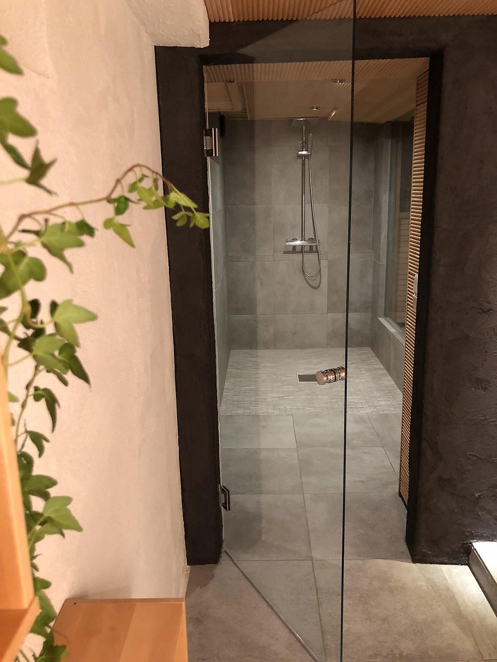 lasiovi, suihkutila, harmaa laatta, factory wall grey