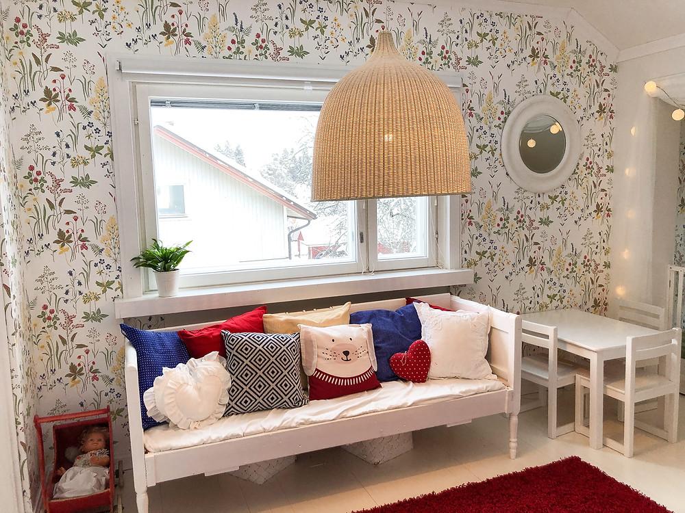 lastenhuoneen sisustusideana IKEAn rottinkivalaisin Leran ja Sandberg Flora-tapetti
