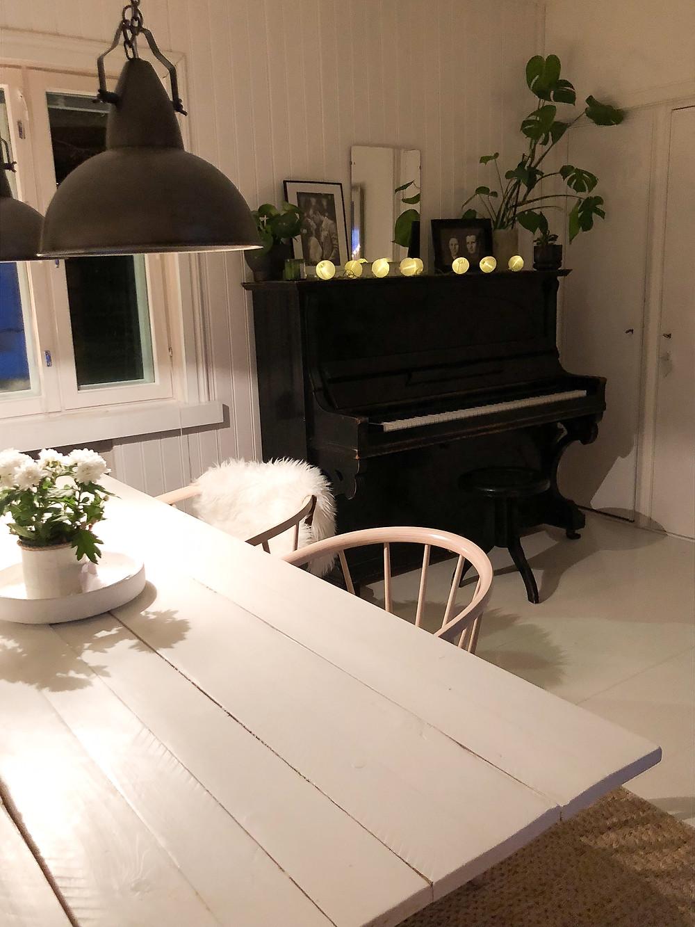 piano dining room, piano osana sisustusta, old wooden table dining room, vanha lautapöytä ruokailuhuoneessa