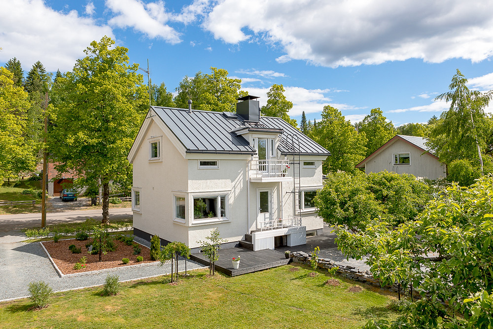 Omakotitalon julkisivuremontti: katon uusiminen ja sokkelin maalaaminen, terassin rakentaminen, parvekeoven puhkominen julkisivuun sekä ikkunoiden kunnostaminen.