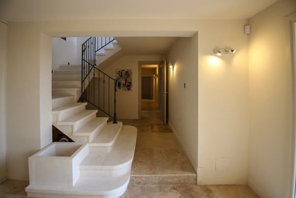 Hall d'entrée et couloior menant aux chambres - Rez de chaussée