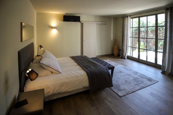 Chambre 1 (lit en 160) avec sa salle de bain - Baie vitrée - Rez de chaussée