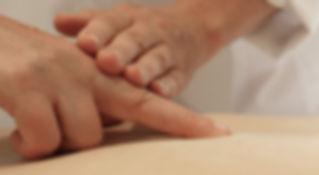 Bei Rückenschmerzen und Gelenkschmerzen hilft die Dorn-Therapie