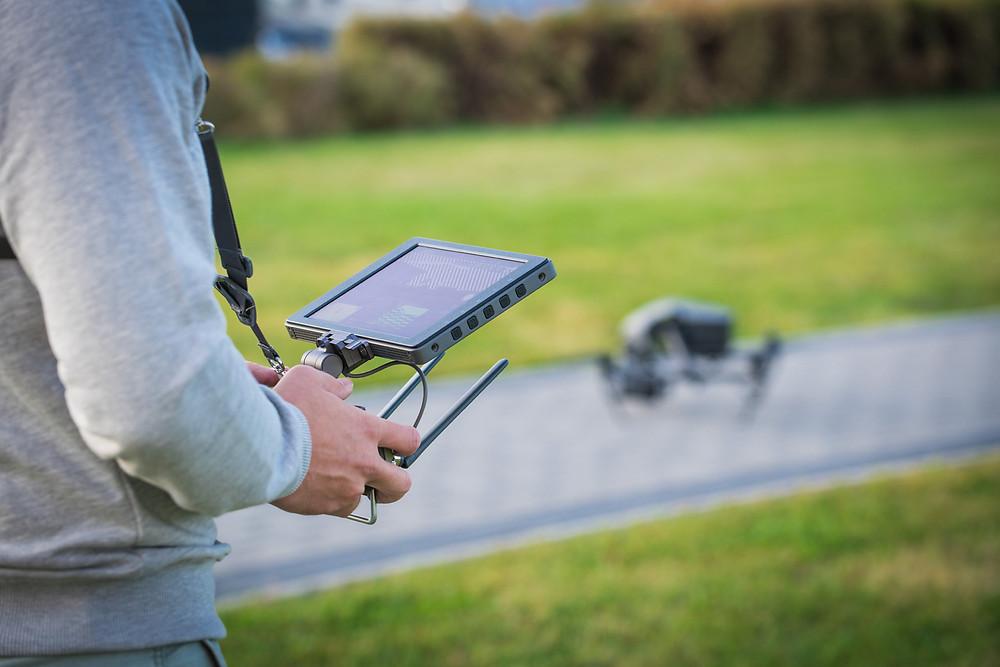 Drohnenpilot steuert UAV über den Controller mit eingebautem Crystalsky-Display-