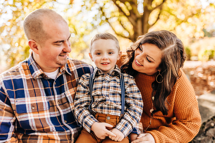 outdoor-fall-lifestyle-family-session-fa