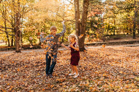 outdoor-fall-lifestyle-family-session-th