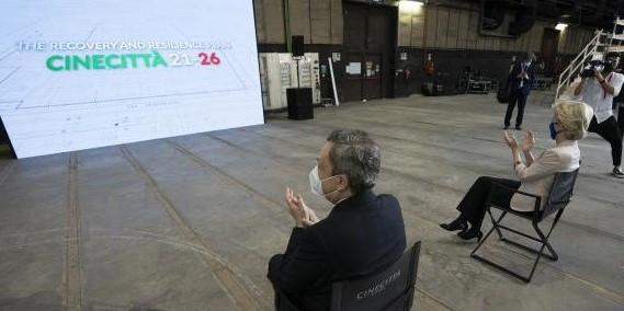 Draghi, von der Leyen e lo Studio 5 di Fellini