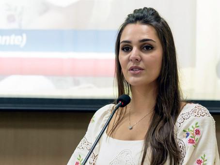 Nathália Camargo pede informações sobre corte de árvore na Praça Princesa Isabel