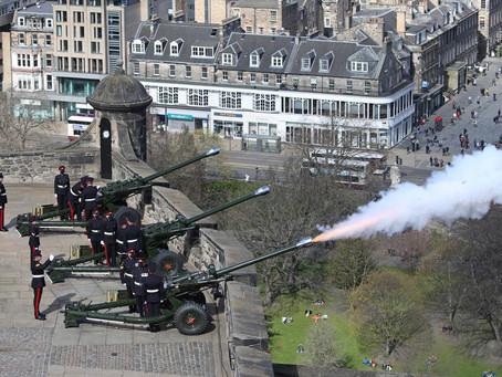Príncipe Philip é homenageado com salvas de tiros de canhão