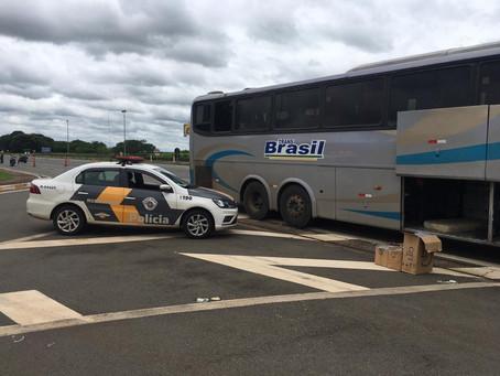 Polícia Rodoviária apreende pacotes de cigarros contrabandeados do Paraguai em ônibus
