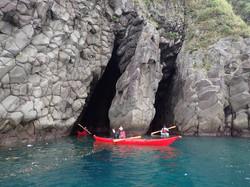 2-0218・山口浩司・妻良湾・091311・鯛ヶ岬の洞窟を通り抜けるカヤック.