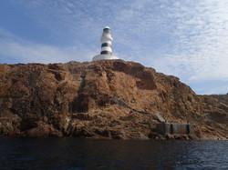 2-0218・山口浩司・神子元島・091110・神子元島の灯台と赤い岩壁