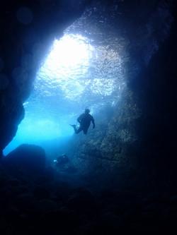 6-熱海ダイビング・洞窟岸側・小曽我洞窟 洞窟中から岸側の穴を望む・豊嶋