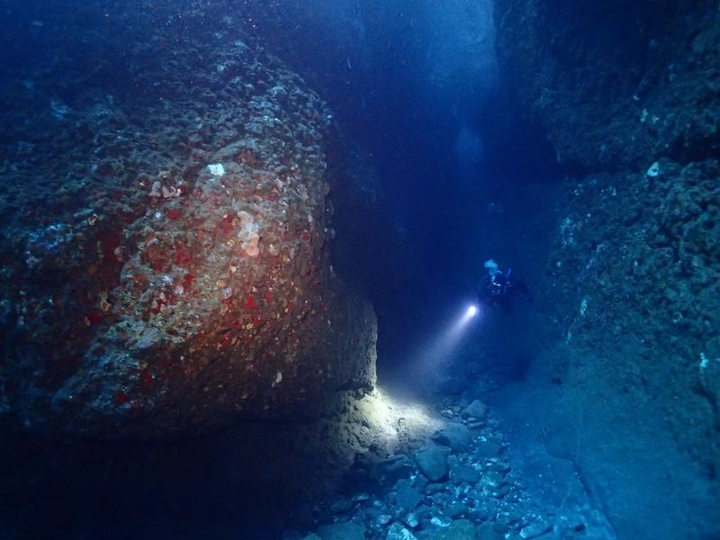 ★0219熱海ダイビング・小曽我洞窟 洞窟沖の穴から内部を望む・豊嶋