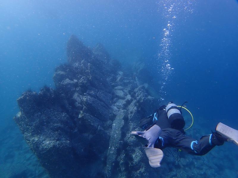 0208・朝倉一哉・淡島・2018112014時・海中の柱状節理に挑むダイバー.