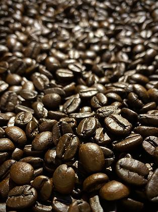 ブラジル ファゼンダ パッセイオ ナチュラル:焙煎後、独自の手法で施した、寝かせ。5日ほど時間をかけることにより生まれる、苦みと甘みの絶妙な距離感。これは苦みを楽しむ銘柄、違いのわかる人のためのコーヒー。美味しい苦みとは。このロットが教えてくれそう。