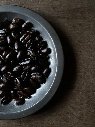 パナマ アウロマール ゲイシャ ナチュラル:深煎り:上品で上質な甘み、コク、美味みがとろけるように口に広がります。もっといてほしいのにいなくなってしまう。口に含んだ瞬間から驚かされる品格の違いをご堪能ください。珈琲calima