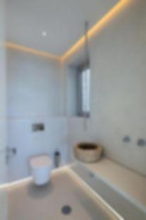 gloss-tiles-on-bathroom-floor-in-the-bat
