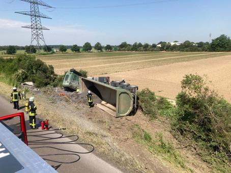 LKW gerät auf der A44 von der Fahrbahn