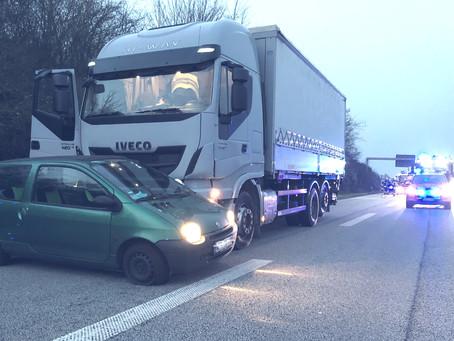 Verkehrsunfall zw. LKW und Kleinwagen