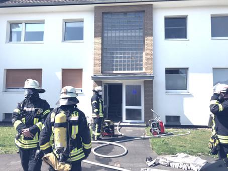 Feuer greift in Wohnung von der Küche auf das Wohnzimmer über