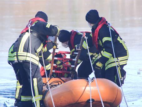 Feuerwehr übt den Ernstfall auf dem Eis