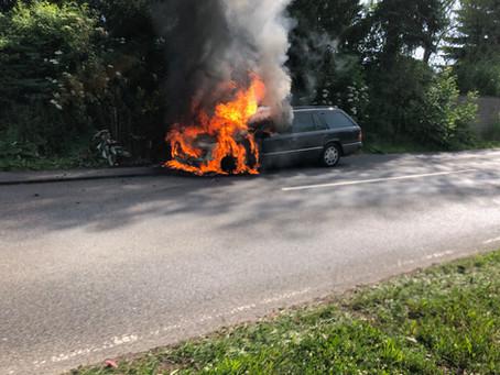 Feuerwehr löscht PKW im Vollbrand