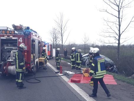 Feuerwehr befreit schwer verletzte Person aus PKW