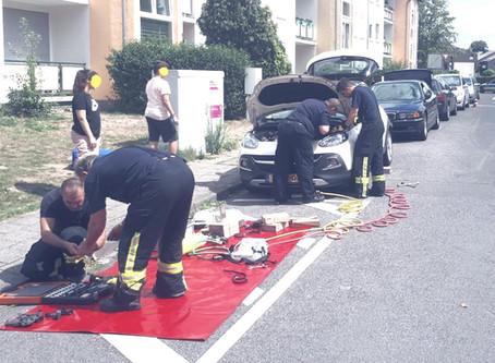 Feuerwehr befreit Katze aus Motorraum