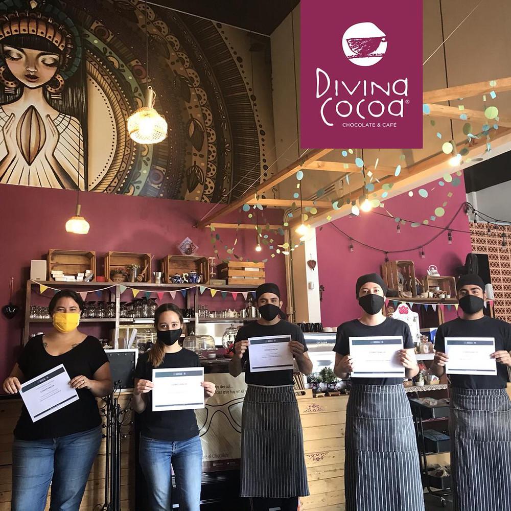 Equipo Divina Cocoa con certificados de capacitación de IMSS