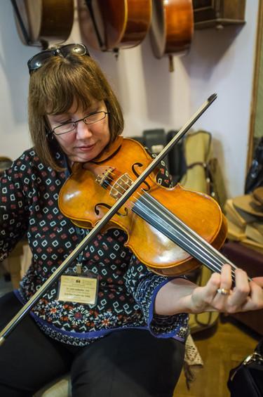Lynn Plays 5 String violin.jpg