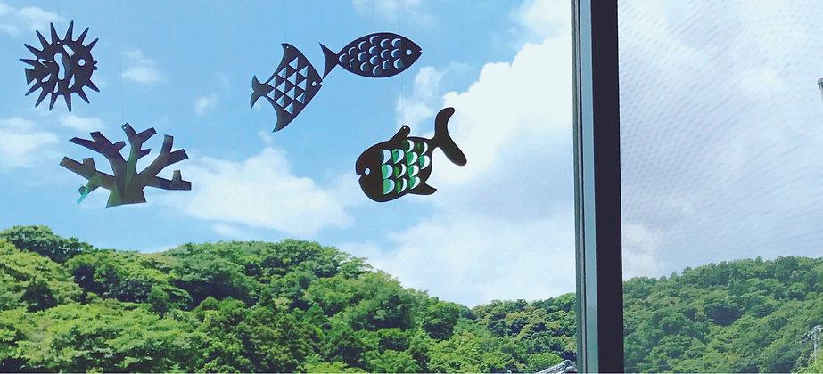 5種お魚モビール窓.jpg