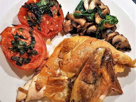 Pintade rôtie au four, tomates provençales à l'ail des ours et poêlée de champignons de Paris